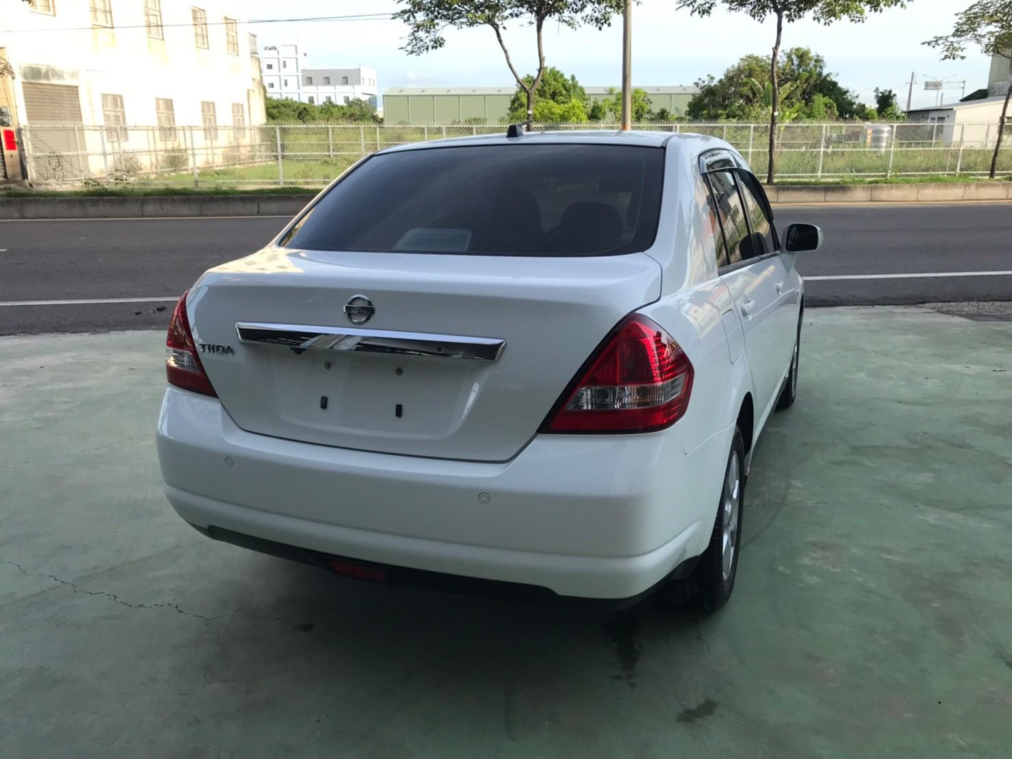 2017TIIDA 4D 里程保證 認證車 白色黑內裝 代步上課通勤好停車 SUM29.8 1.6c_210615_2
